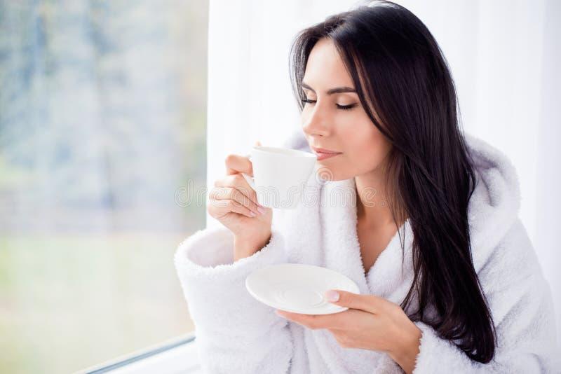 Καλημέρα! Κλείστε επάνω το πορτρέτο του ονειροπόλου brunette γοητείας youn στοκ φωτογραφίες