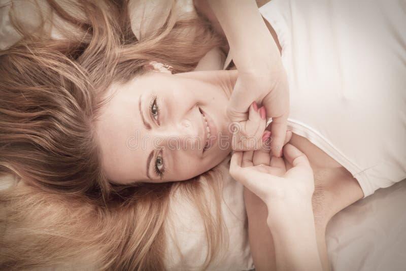Καλημέρα! Νέα πανέμορφη ευθύς-μαλλιαρή χαμογελώντας ευτυχής γυναίκα στοκ φωτογραφία με δικαίωμα ελεύθερης χρήσης