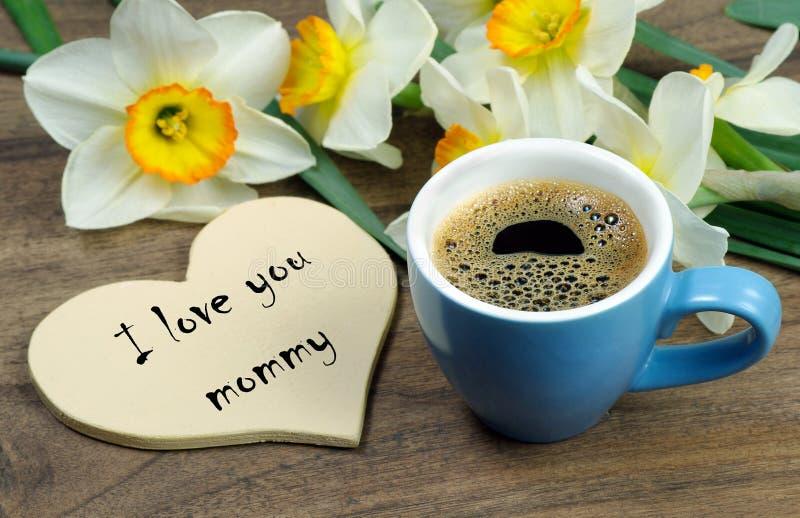 Καλημέρα, Mom Ευχετήρια κάρτα για την ημέρα της μητέρας Λουλούδια φλιτζανιών του καφέ και άνοιξη σε έναν ξύλινο πίνακα στοκ φωτογραφίες με δικαίωμα ελεύθερης χρήσης