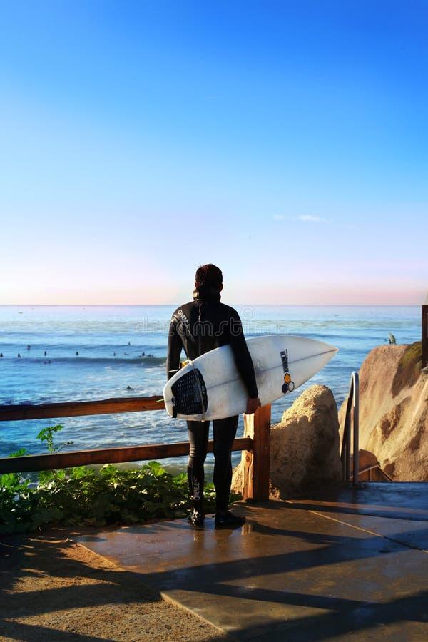 Καλιφόρνια ΗΠΑ Οκτωβρίου 2012 Ένα surfer που προσέχει τα κύματα στο ηλιοβασίλεμα στοκ φωτογραφίες