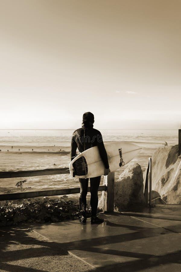Καλιφόρνια ΗΠΑ Οκτωβρίου 2012 Ένα surfer που προσέχει τα κύματα στο ηλιοβασίλεμα στοκ φωτογραφία με δικαίωμα ελεύθερης χρήσης