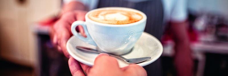 Καλλιεργημένη εικόνα του πελάτη που παίρνει τον καφέ από το σερβιτόρο στον καφέ στοκ φωτογραφία με δικαίωμα ελεύθερης χρήσης