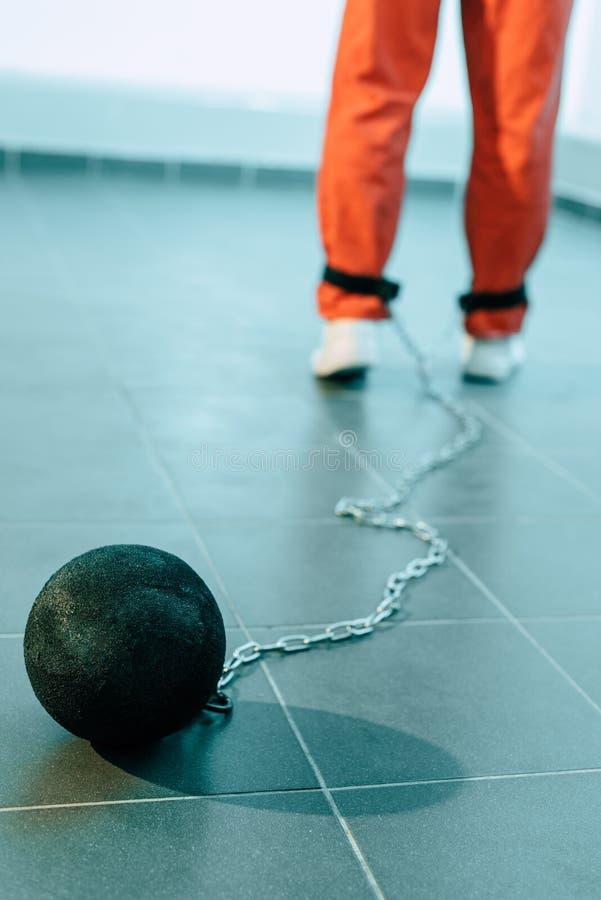 καλλιεργημένη εικόνα του φυλακισμένου πορτοκαλή σε ομοιόμορφο με το βάρος που δένεται στοκ φωτογραφίες με δικαίωμα ελεύθερης χρήσης