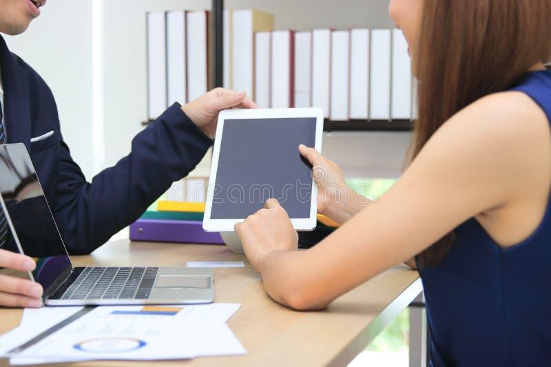 Καλλιεργημένη εικόνα των χεριών των επιχειρηματιών που εργάζονται μαζί στον εργασιακό χώρο του γραφείου στοκ εικόνες