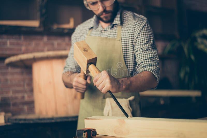 Καλλιεργημένη στενή επάνω φωτογραφία του σοβαρού βέβαιου εργατικού ξυλουργού, στοκ φωτογραφία
