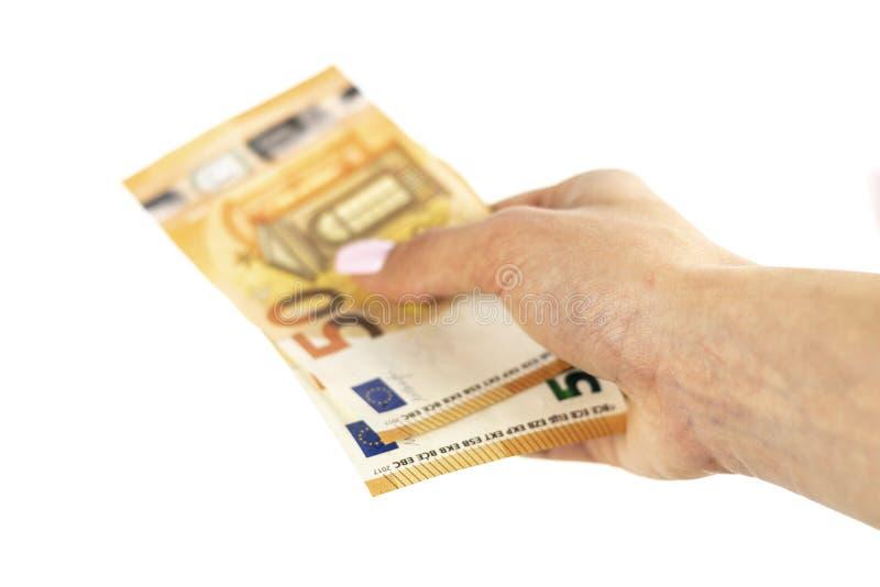 Καλλιεργημένος πυροβολισμός ενός unrecognizable χεριού γυναικών που κρατά το ευρο- τραπεζογραμμάτιο στοκ φωτογραφία
