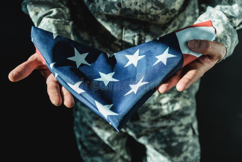 καλλιεργημένος πυροβολισμός της διπλωμένης εκμετάλλευση Ηνωμένης σημαίας στρατιωτών ελεύθερη απεικόνιση δικαιώματος