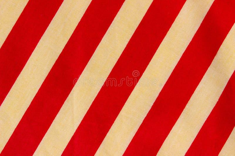 Καλλιεργημένος πυροβολισμός της κόκκινης και άσπρης υφαντικής σύστασης λωρίδων Ζωηρόχρωμη σύσταση υφάσματος διανυσματική απεικόνιση