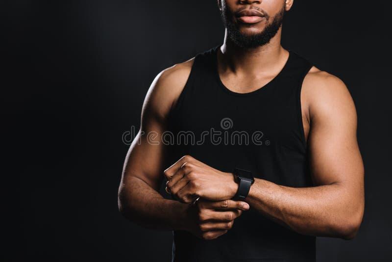 καλλιεργημένος πυροβολισμός του μυϊκού νέου ατόμου αφροαμερικάνων sportswear στη στάση στοκ φωτογραφία με δικαίωμα ελεύθερης χρήσης