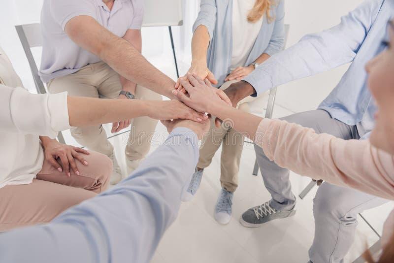 καλλιεργημένος πυροβολισμός των ανθρώπων που συσσωρεύουν τα χέρια κατά τη διάρκεια διανυσματική απεικόνιση
