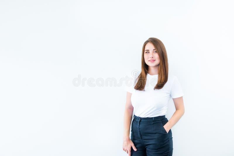 Καλλιεργημένο πορτρέτο ευτυχούς συν την καυκάσια χαμογελώντας νέα γυναίκα μεγέθους που εξετάζει τη κάμερα και της τοποθέτησης που στοκ φωτογραφία με δικαίωμα ελεύθερης χρήσης
