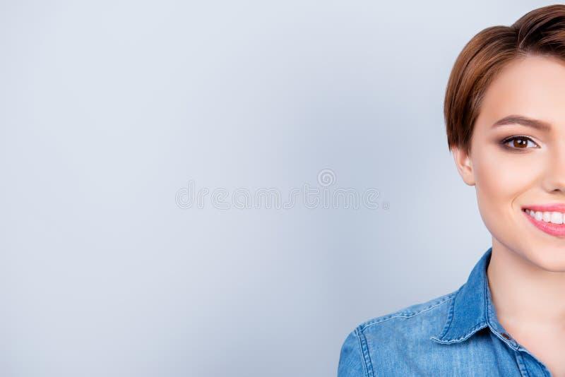 Καλλιεργημένο στενό επάνω πορτρέτο του νέου όμορφου κοριτσιού στο καθαρό μπλε β στοκ φωτογραφίες με δικαίωμα ελεύθερης χρήσης