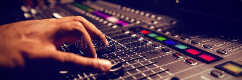 Καλλιεργημένο χέρι του μουσικού που χρησιμοποιεί τον υγιή αναμίκτη στοκ φωτογραφία με δικαίωμα ελεύθερης χρήσης