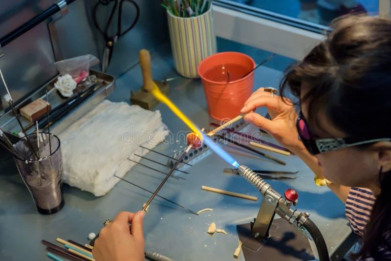 Καλλιτέχνης γυαλιού στην εργασία στοκ φωτογραφία με δικαίωμα ελεύθερης χρήσης