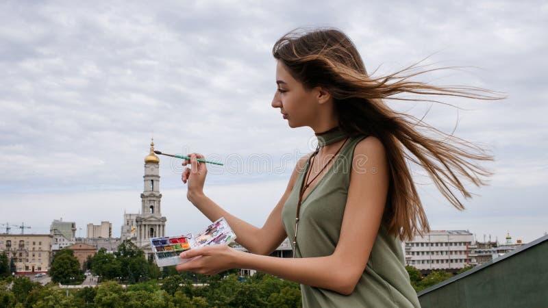 Καλλιτέχνης δημιουργιών αστικός χρωματίζοντας ακόμα την έννοια ζωής στοκ εικόνα με δικαίωμα ελεύθερης χρήσης