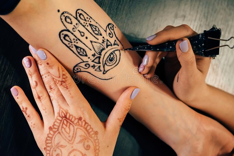 Καλλιτέχνης που εφαρμόζει henna τη δερματοστιξία mehndi σε ετοιμότητα θηλυκό στοκ εικόνες με δικαίωμα ελεύθερης χρήσης