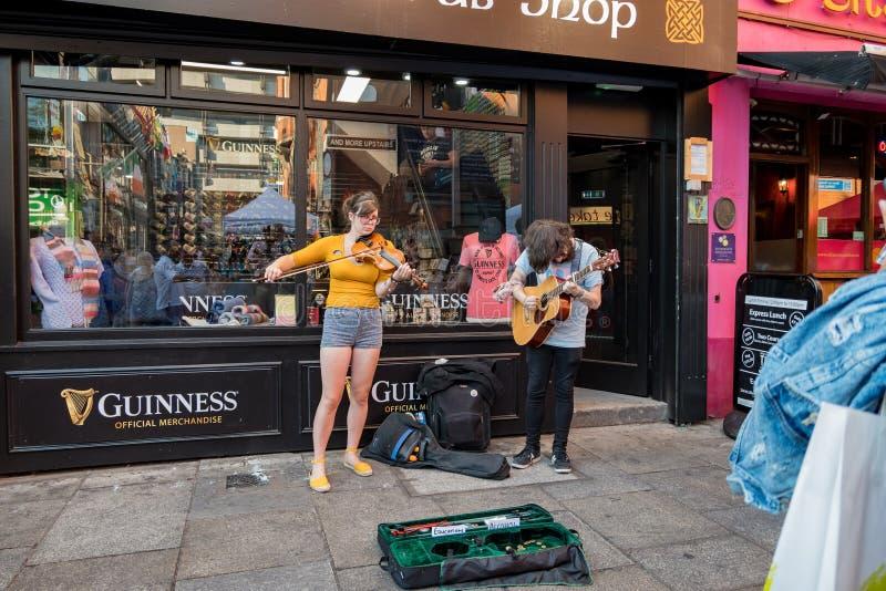 Καλλιτέχνης την ώρα της παράστασης οδών τη μουσική με το βιολί και την κιθάρα στοκ φωτογραφίες με δικαίωμα ελεύθερης χρήσης