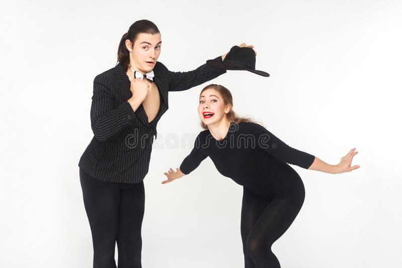 Καλλιτέχνης τσίρκων δύο κωμικών που θέτει και που εξετάζει τη κάμερα στοκ εικόνες