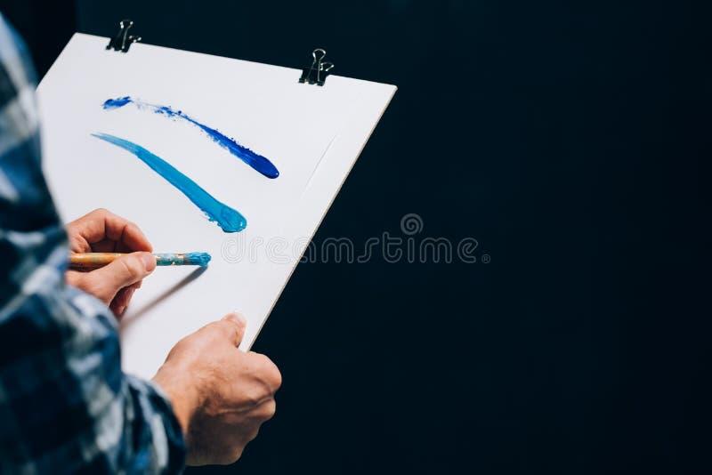 Καλλιτεχνία κτυπημάτων βουρτσών εγγράφου πινάκων ζωγραφικής καλλιτεχνών στοκ εικόνες με δικαίωμα ελεύθερης χρήσης