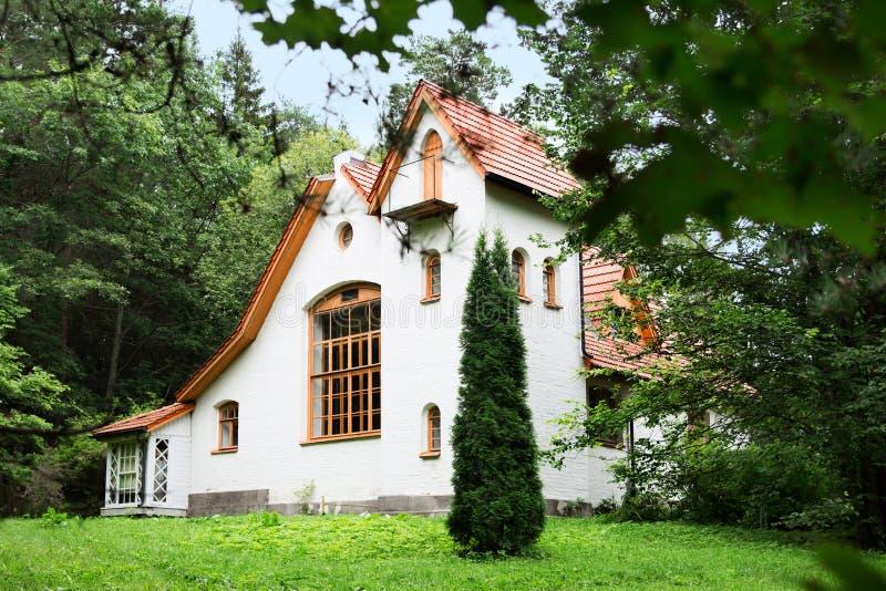 Καλλιτεχνική και φυσική μουσείο-επιφύλαξη Vasily Dmitrievich Polenov Άποψη αβαείων οικοδόμησης από τη μετάβαση στο ναυαρχείο στοκ φωτογραφίες