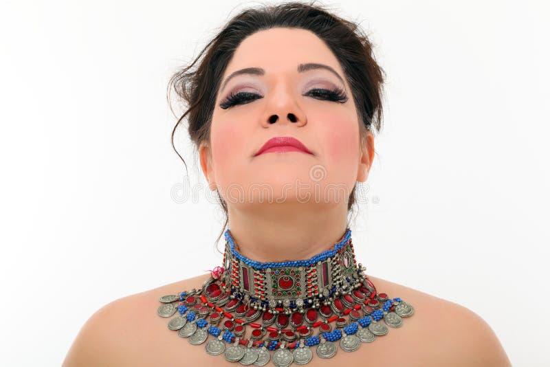 καλλιτεχνική προκλητική γυναίκα περιδεραίων στοκ φωτογραφία με δικαίωμα ελεύθερης χρήσης