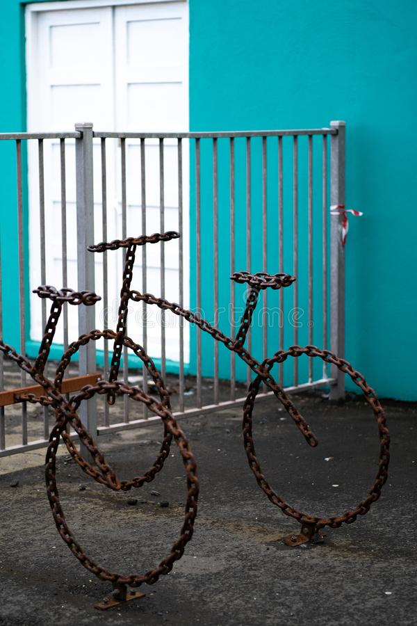 Καλλιτεχνικό ράφι ποδηλάτων φιαγμένο από αλυσίδες στοκ φωτογραφίες