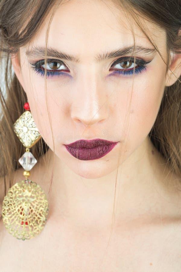 Καλλυντικά για το visage και skincare, κομμωτής Γυναίκα με το σκουλαρίκι makeup και κοσμήματος Εξάρτημα ομορφιάς και μόδας για στοκ εικόνα