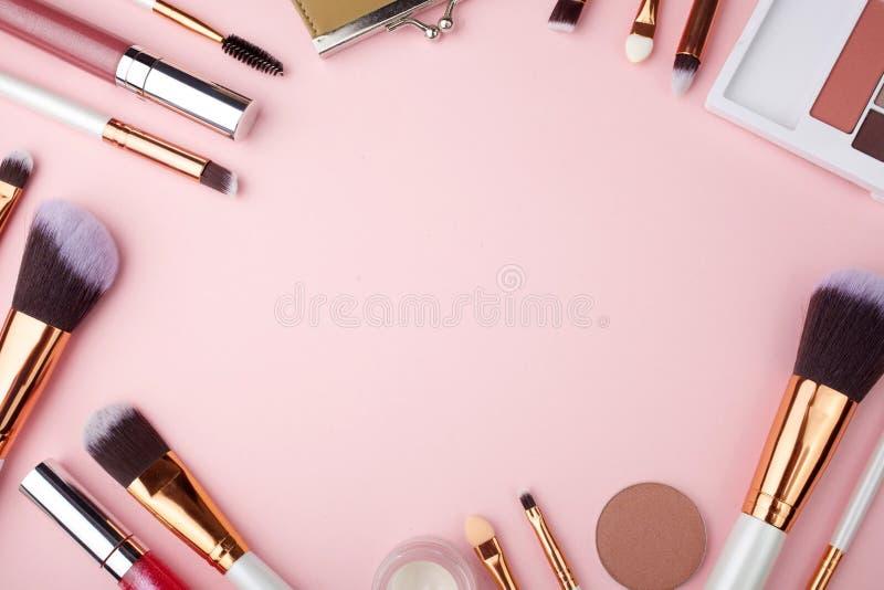Καλλυντικά εξαρτήματα Makeup μόδας στο ρόδινο υπόβαθρο Τοπ όψη Επίπεδος βάλτε στοκ εικόνες