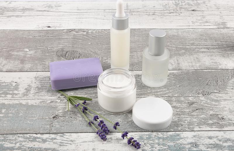 Καλλυντικά προϊόντα και lavender στο ξεπερασμένο ξύλο στοκ φωτογραφία με δικαίωμα ελεύθερης χρήσης