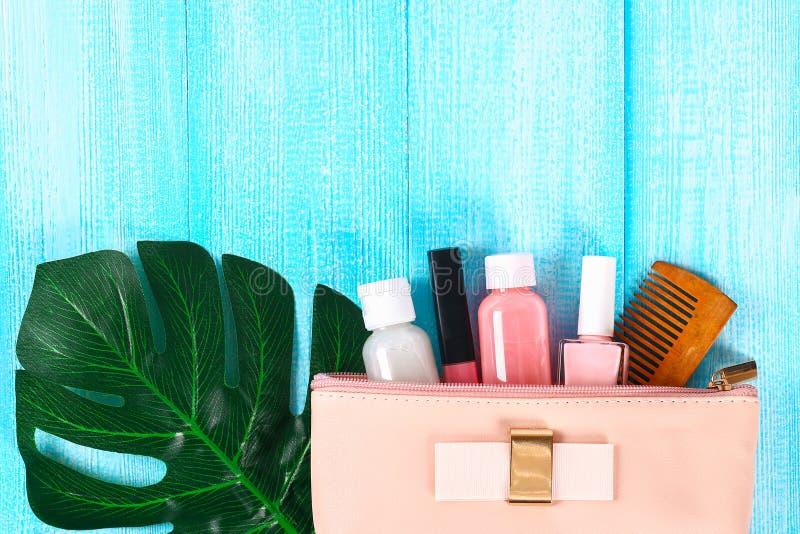 Καλλυντικά σε μια ρόδινη καλλυντική τσάντα Το χείλι σχολιάζει, αποβουτυρώνει, καρφώνει τη στιλβωτική ουσία, προϊόντα φροντίδας δέ στοκ εικόνα