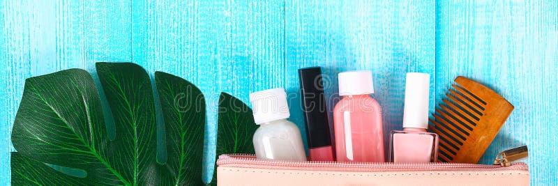 Καλλυντικά σε μια ρόδινη καλλυντική τσάντα Το χείλι σχολιάζει, αποβουτυρώνει, καρφώνει τη στιλβωτική ουσία, προϊόντα φροντίδας δέ στοκ εικόνα με δικαίωμα ελεύθερης χρήσης