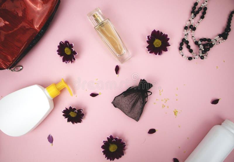 Καλλυντικά στον πίνακα στη γυναίκα Καλλυντικά τσάντα, καλλυντικό και προϊόντα υγιεινής Ρόδινο υπόβαθρο για το κείμενο στοκ εικόνες με δικαίωμα ελεύθερης χρήσης