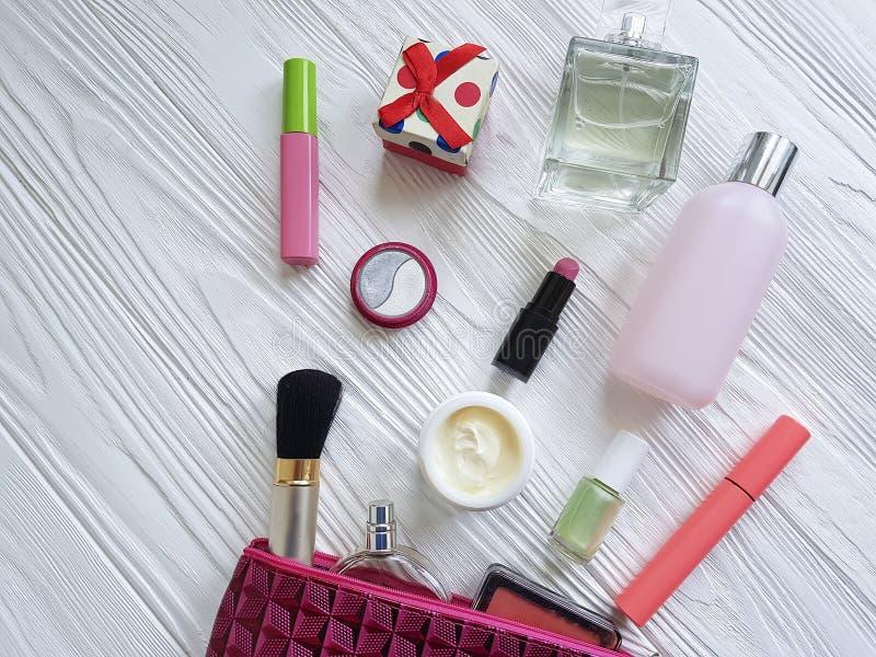 Καλλυντικά τσαντών makeup καλλυντικά εμπορευματοκιβωτίων λάκκας προϊόντων επίπεδα άσπρο σε ξύλινο στοκ φωτογραφίες με δικαίωμα ελεύθερης χρήσης