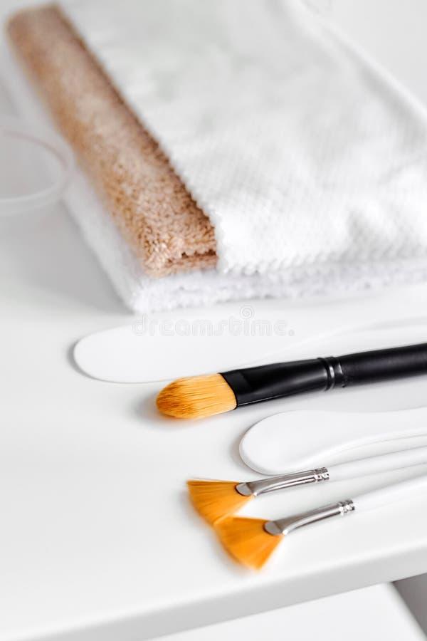 Καλλυντικές βούρτσες, spatulas και πετσέτες στοκ εικόνες με δικαίωμα ελεύθερης χρήσης