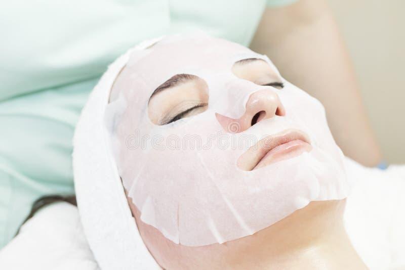Καλλυντική μάσκα διαδικασίας του μασάζ και των facials στοκ φωτογραφία με δικαίωμα ελεύθερης χρήσης