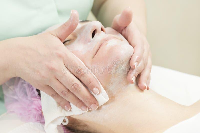 Καλλυντική μάσκα διαδικασίας του μασάζ και των facials στοκ εικόνες