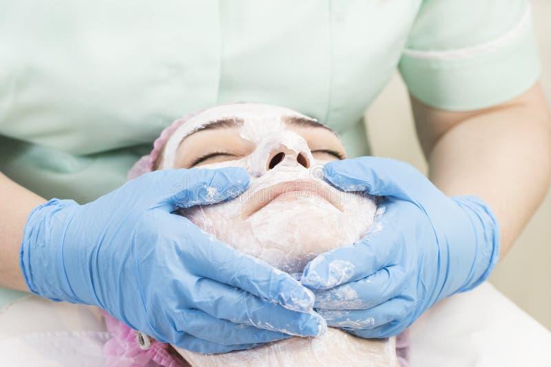 Καλλυντική μάσκα διαδικασίας του μασάζ και των facials στοκ εικόνα