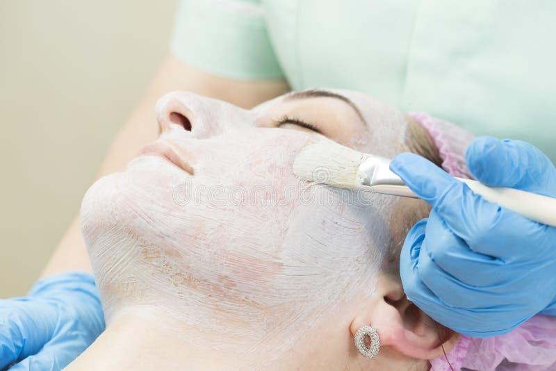 Καλλυντική μάσκα διαδικασίας του μασάζ και των facials στοκ φωτογραφίες