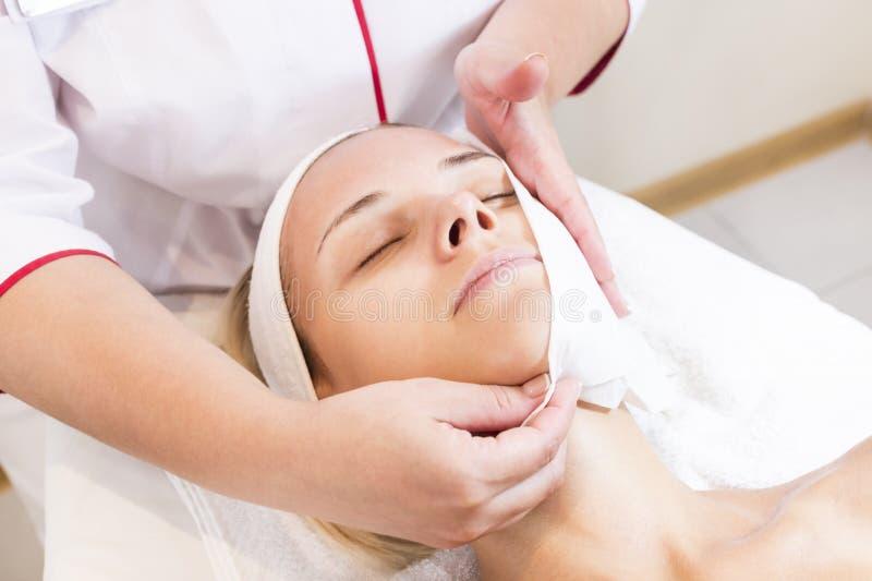 Καλλυντική μάσκα διαδικασίας του μασάζ και των facials στοκ εικόνες με δικαίωμα ελεύθερης χρήσης