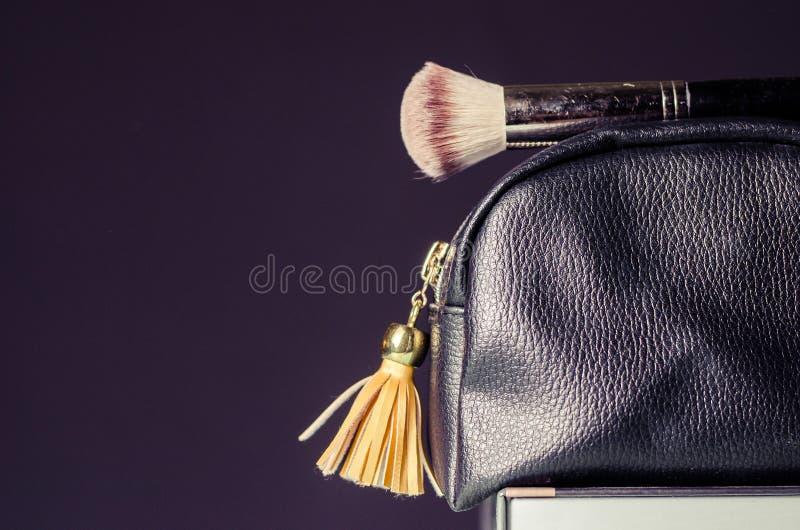 Καλλυντική τσάντα με τα εξαρτήματα, σε ένα σκοτεινό υπόβαθρο στοκ εικόνα με δικαίωμα ελεύθερης χρήσης