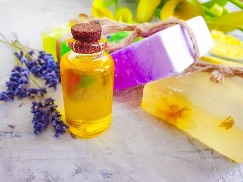 Καλλυντική lavender λουλουδιών πετρελαίου χαλάρωση, σαπούνι γκρίζο συγκεκριμένο σε έναν backgroundtherapeutic στοκ εικόνες