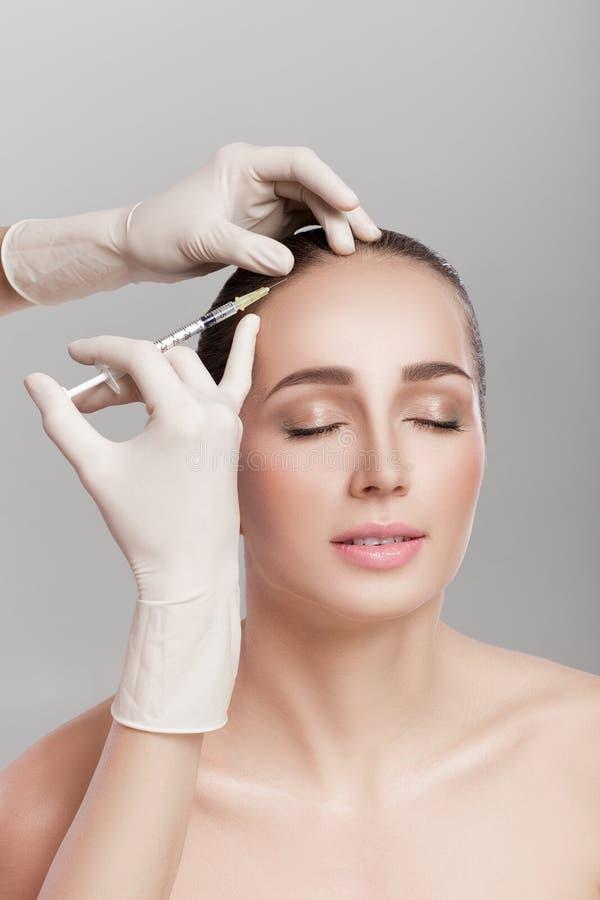 Καλλυντικό εγχθμένος στο κεφάλι γυναικών ` s στοκ φωτογραφίες