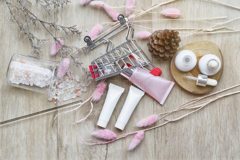 Καλλυντικό εμπορευματοκιβώτιο μπουκαλιών στο κάρρο αγορών, το προϊόν ομορφιάς και makeup on-line την προώθηση πώλησης με το κενό  στοκ εικόνα με δικαίωμα ελεύθερης χρήσης