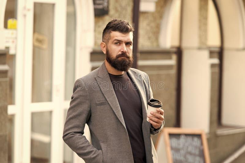 Καλλωπισμένος επιχειρηματιών καλά η εμφάνιση απολαμβάνει τον καφέ ξεσπά του εμπορικού κέντρου Χαλαρώστε και επαναφορτίστε Γενειοφ στοκ εικόνες με δικαίωμα ελεύθερης χρήσης