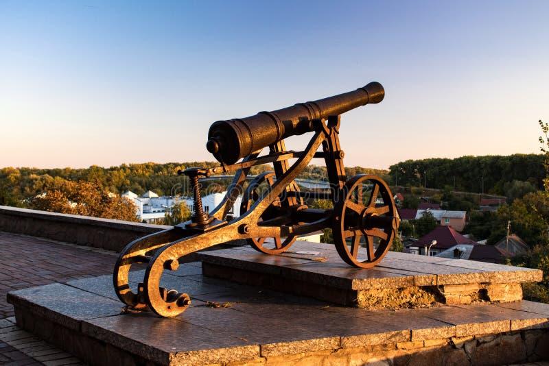 Καλοκαίρι ή πρώιμο πάρκο φθινοπώρου στο ηλιοβασίλεμα Αρχαίο πυροβόλο χυτοσιδήρου στοκ φωτογραφία με δικαίωμα ελεύθερης χρήσης