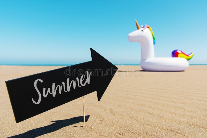 Καλοκαίρι και μονόκερος κειμένων στην παραλία στοκ φωτογραφία