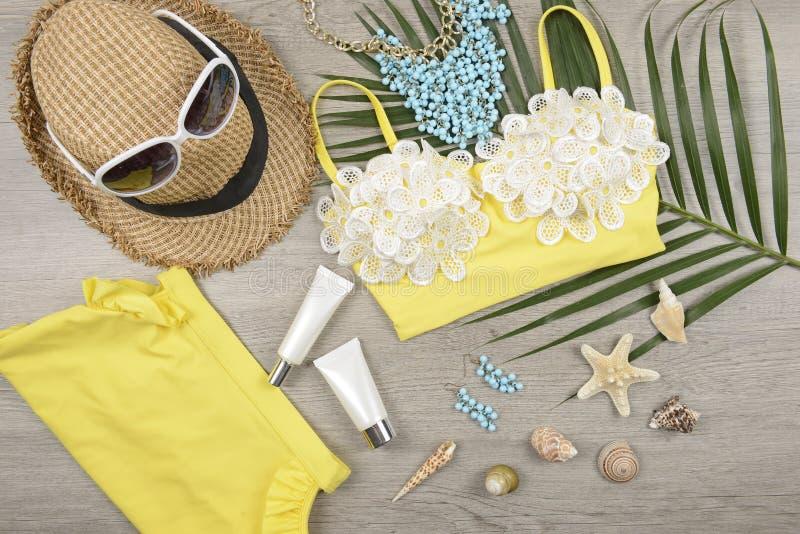 Καλοκαίρι και sunscreen, προϊόν καλλυντικών ομορφιάς για τη φροντίδα δέρματος και εξαρτήματα γυναικών στην έννοια προϊόντων προστ στοκ εικόνα
