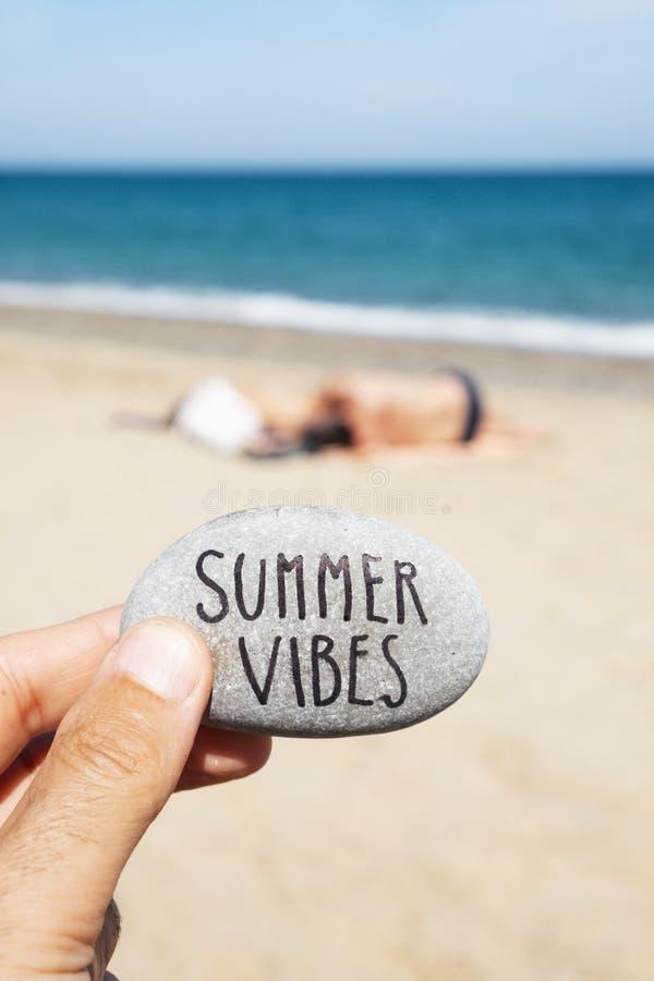 Καλοκαίρι κειμένων vibes σε μια πέτρα στην παραλία στοκ εικόνα με δικαίωμα ελεύθερης χρήσης