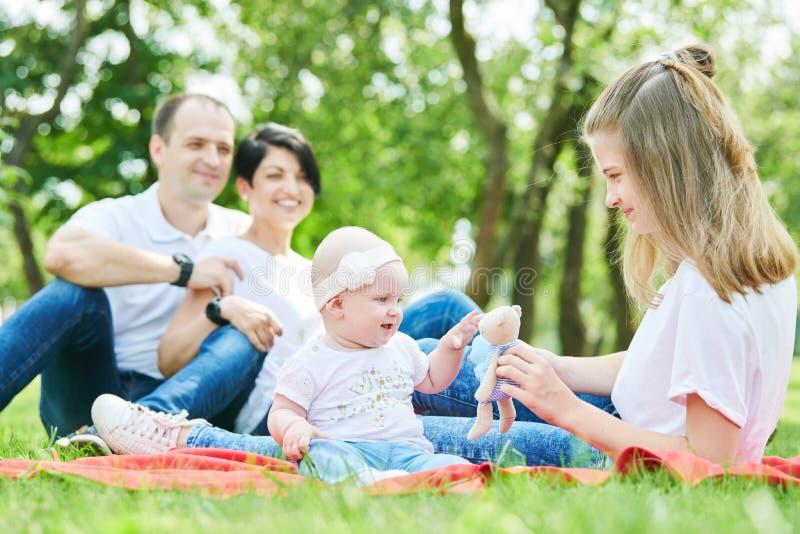 καλοκαίρι οικογενειακών πάρκων παιδιών Ευτυχές στοκ εικόνες με δικαίωμα ελεύθερης χρήσης