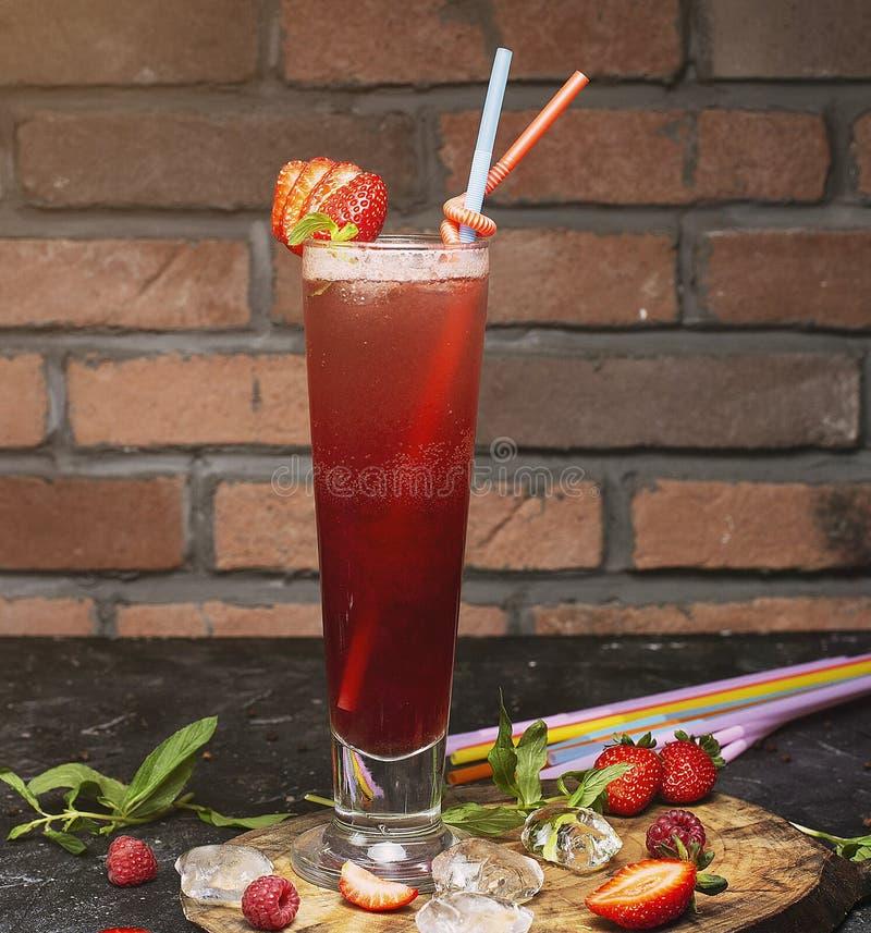Καλοκαίρι που αναζωογονεί το υγιές ποτό, καταφερτζής φραουλών στοκ φωτογραφίες